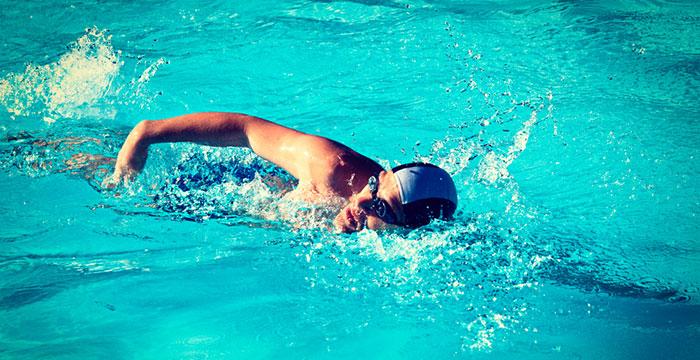 Nager dans une piscine ou dans un spa de nage